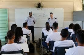 Governo quer 54 escolas cívico-militares por ano até 2023; Bolsonaro defende 'impor' modelo