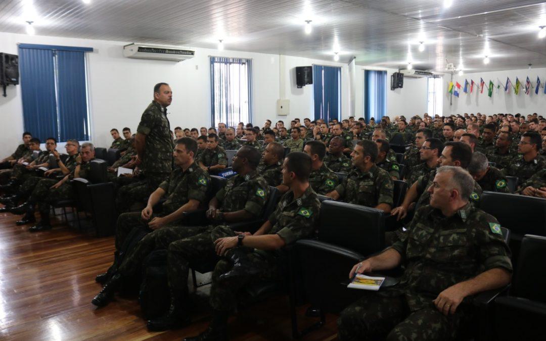 Chefe da comunicação social no Exército, general discute PL 1645 com praças na EASA