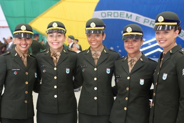 Exército Brasileiro recebe primeiras sargentos mulheres de carreira especialistas na manutenção de aeronaves
