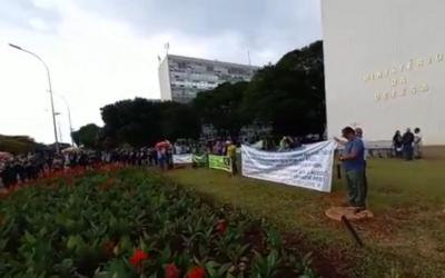 Governo Bolsonaro quer fechar associações de militares após protestos