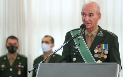 Ao lado de Bolsonaro, general cita Duque de Caxias e diz: 'Minha espada não tem partido'