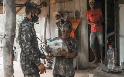 Mão amiga: Exército faz doação de roupas e alimentos na Amazônia