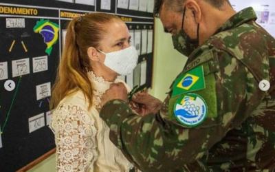 Médica que desviou vacinas em Roraima recebe medalha do Exército