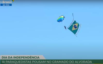 Ao vivo: paraquedistas pousam no gramado do Alvorada para cerimônia de hasteamento da Bandeira